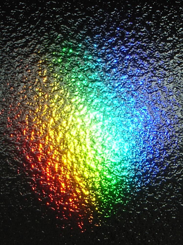 すりガラスに映った虹色