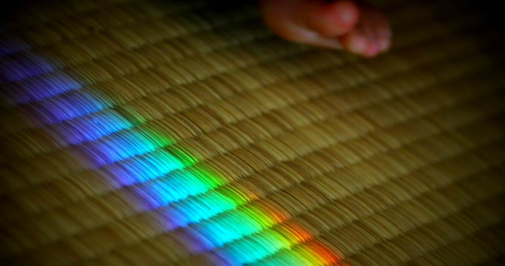 水を入れる虹のインテリア(サンキャッチャー)畳と